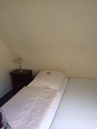 An der Stadthalle: Durchgelegenes Bett