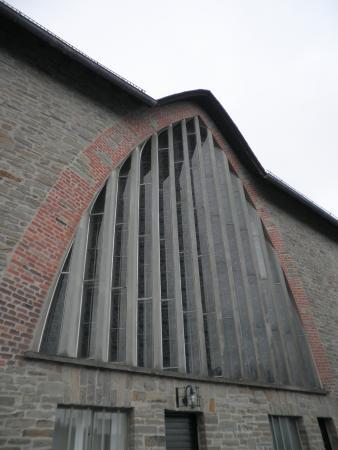 St Apollinaris: Aussenansicht Fenster Altarbereich