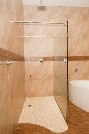 Motsamai Guest Lodge: Bathroom