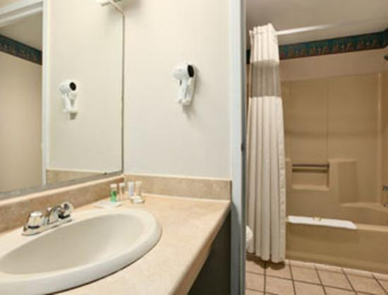 Knights Inn Carlisle: Bathroom