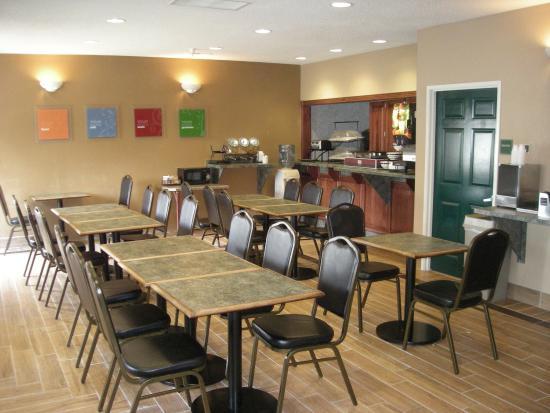 Ferdinand, IN: Breakfast Area