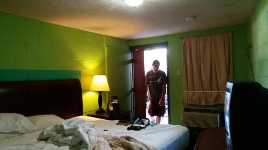East Saint Louis, IL: Deluxe Inn