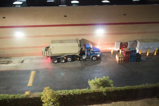 Residence Inn San Antonio North/Stone Oak: Garbage truck outside my window at 5:30 AM!!!!!