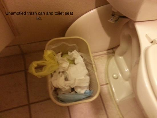 Days Inn & Suites Llano : Unemptied trash can and broken toilet seat lid