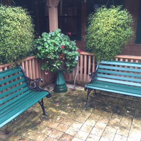 Hemlock Inn: Beautiful landscaping