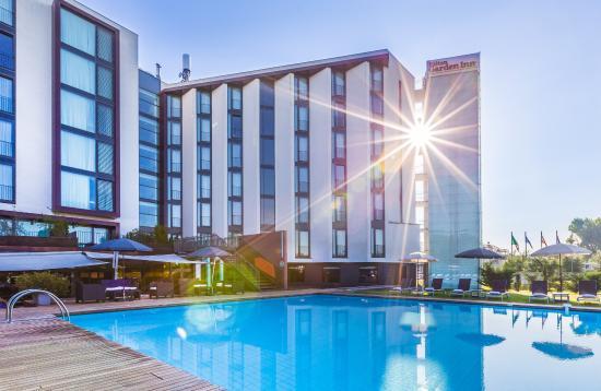 Hilton Garden Inn Venice Mestre San Giuliano: Hotel Garden with Pool