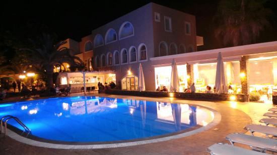 Hotel Makarios: The hotel at night