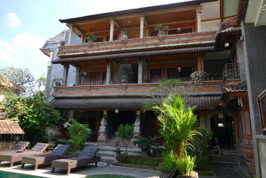 Kunang-Kunang Guesthouse: Das Gästehaus in der hinteren Reihe