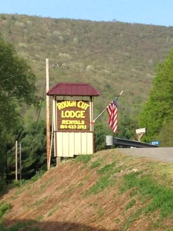 Rough Cut Lodge: Along Route 6 only 6 miles from the PA Grand Canyon and 17 Miles from Wellsboro