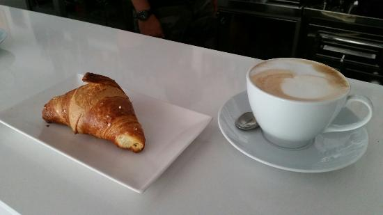 Bar La Piazzetta del Veronza : Cheesburger, cheescake variegata ed una colazione con brioche e cappuccino.