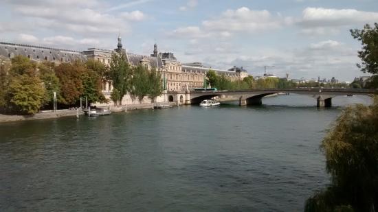 Hotel du Quai-Voltaire: Vista em frente ao Hotel