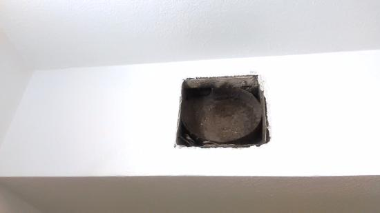 Motel 6 Williams: Missing vent cover in bathroom