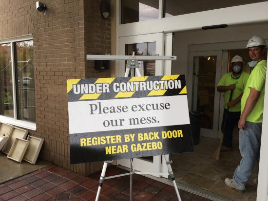 Holiday Inn Express & Suites Binghamton University-Vestal: Front lobby entrance CLOSED!
