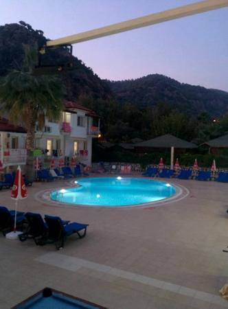 Karbel Beach Hotel: Pool area by night