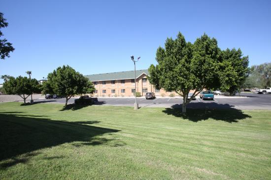 Oak Tree Inn - Yuma : Pull up a blanket and enjoy the sun!