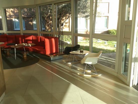 Ibis Mendoza: Lobby del Hotel. Silla interesante