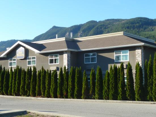 Best Western Sicamous Inn: Hotel from the entry road