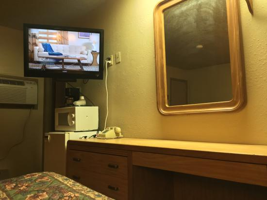 Coachman Inn Motel: The view from your bed.. kinda like a hospital!