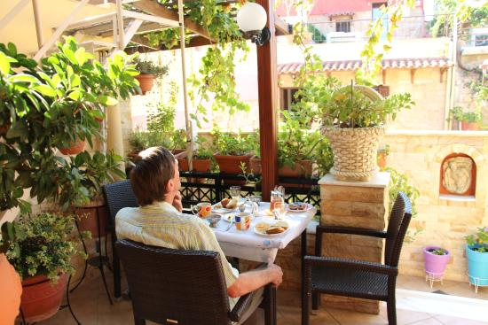 Sofia Pension: Breakfast is served on the patio