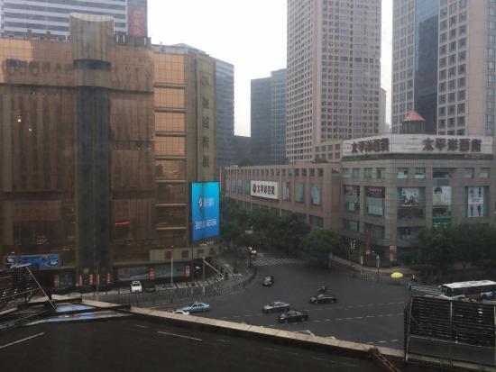 East China Hotel Shanghai: 左手の建物が携帯専門店の「不夜城商厦」です