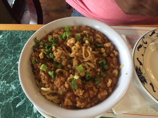 Hot Wok Bistro: Тан Тан нудлс с курицей, большое глубокое блюдо