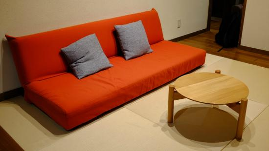 Ryokan Oomuraya: Sofa on floor - super comfy!