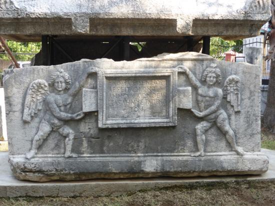 tomb in garden - Foto de Fethiye Museum (Muzesi), Fethiye ...