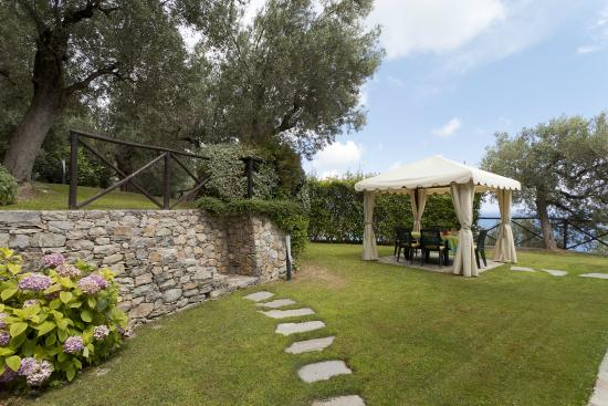 Giardino e gazebo colazione - Foto di Villa Degli Ulivi, Finale Ligure ...