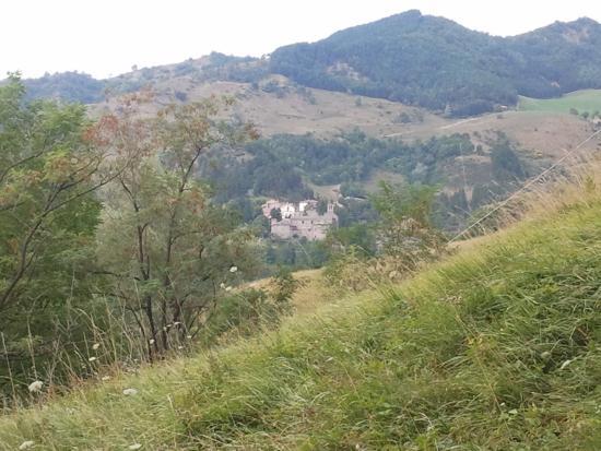 San Benedetto in Alpe, Italy: L'abbazia vista dal sentiero che sale ai monti Gemelli