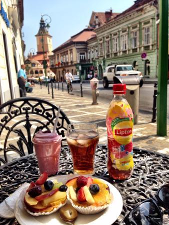Cofetarie La Vatra Ardealului: Tables on the street