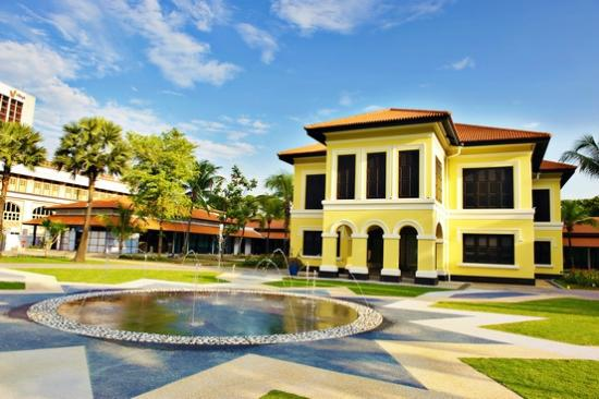 malay heritage centre The malay heritage centre ( malay : taman warisan melayu ) is a cultural centre and museum in singapore that showcases the culture, heritage and history of malay.