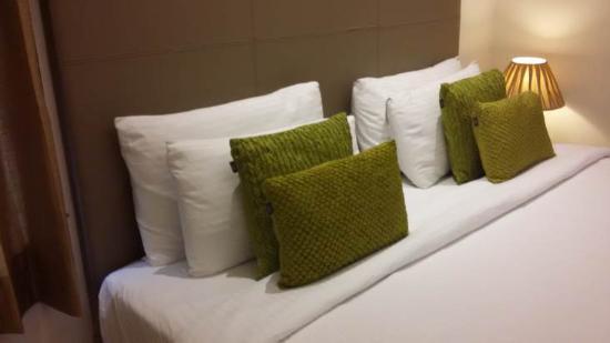 FabHotel Cabana GK1: Super white bedsheet