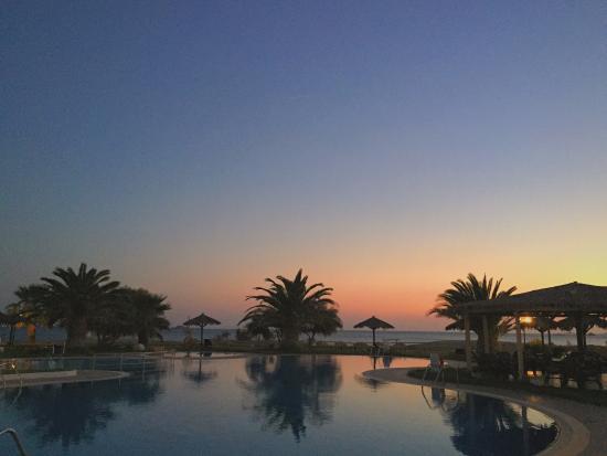 Plaza Beach Hotel: Vista desde el barde la piscina del hotel al atardecer