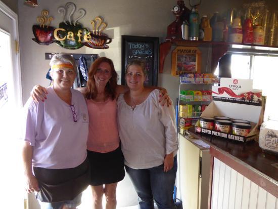 Beans Gourmet Coffee House: La patronne, la consommatrice et la fille de la patronne