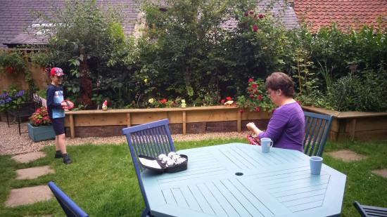 Lealholm, UK: Enjoying the garden