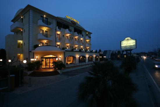 Hotel San Clemente: Esterno di notte