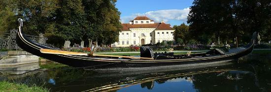 Oberschleissheim, Nemecko: La Gondola Barocca vor dem Schloss Lustheim