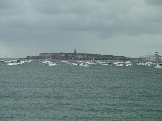 Saint-Jouan-des-Guérets, France : St Malo vue de la plage de Dinard