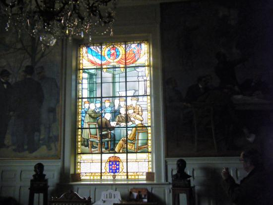 Doullens, Francja: stained glass window inside the room