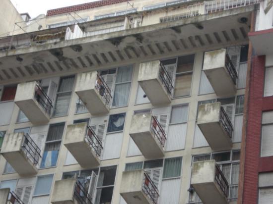 Microcentro : Curiosos balcones en edificio de Luro e/ Santa Fe y Corrientes