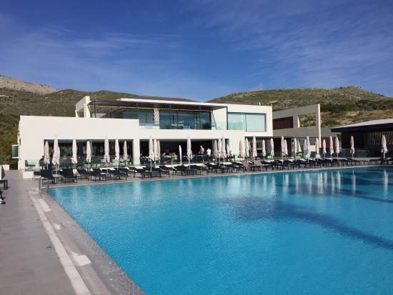 TUI Sensimar Tesoroblu Hotel & Spa: Beautiful hotel with a fantastic view of the sea next to the pool!