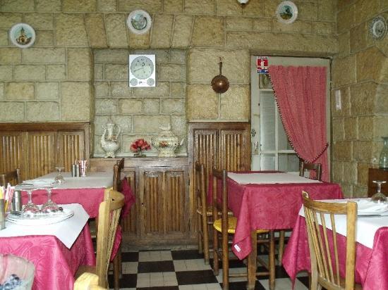 Chanac, France : gros plan sur la salle de restaurant du Lou Cantou