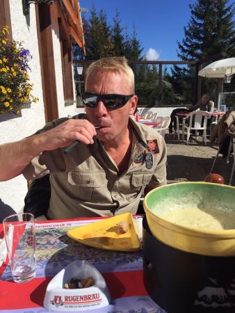 Boltigen, Suíça: Netter Stop auf der Töfftour.  Die Küche ist ordentlich aber wirklich nicht speziell. Die Bedien