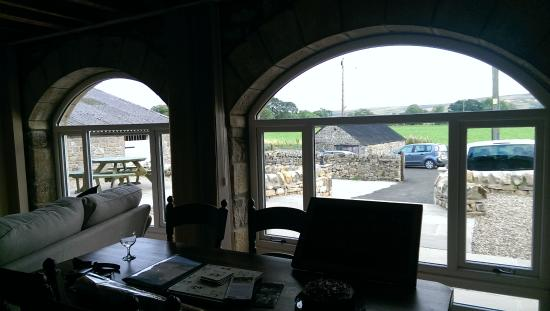 Tarset Holiday Cottages: Beautiful arched windows flood the Byres with sunlight