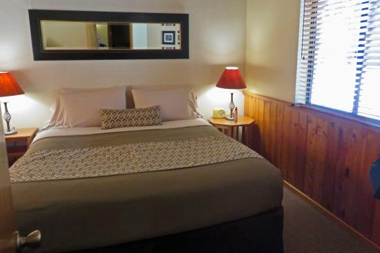 Idyllwild, Kalifornien: Quiet Creek Inn: cabin #10 comfortable king bed