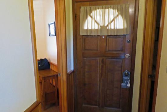 Idyllwild, Kalifornien: Quiet Creek Inn:  cabin #10 inside front door