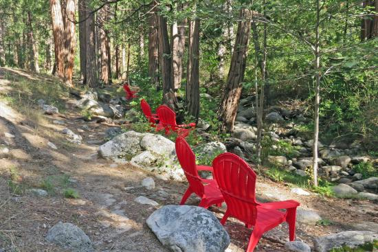 Idyllwild, Kalifornia: Quiet Creek Inn: seating for Strawberry Creek viewing