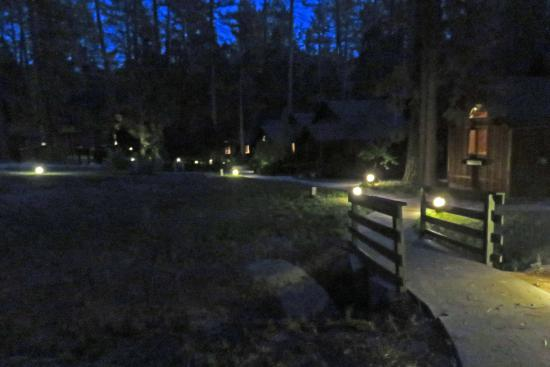 Idyllwild, Kalifornia: Quiet Creek Inn: sidewalk lighting in front of cabins