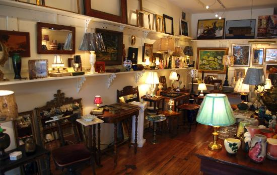 Lamps, small furnitures, mirrors and vintage frames - Picture of ...