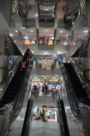 Mandalay Yatanar Mall : Escalators